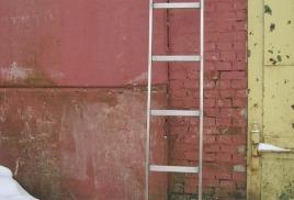 лестница из нержавеющей стали.